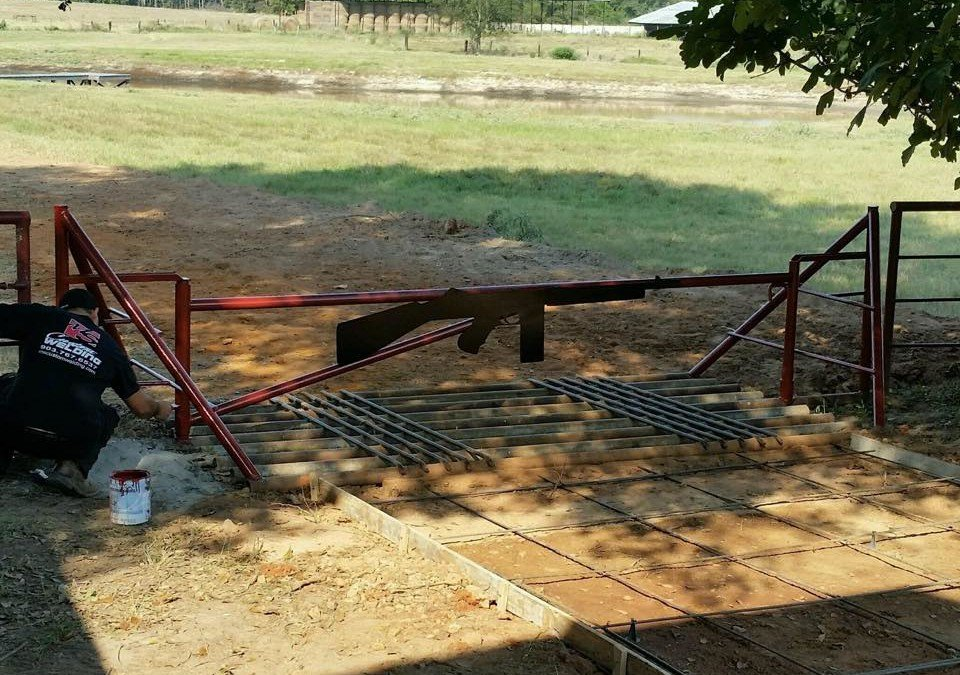 Swinging cattle gate